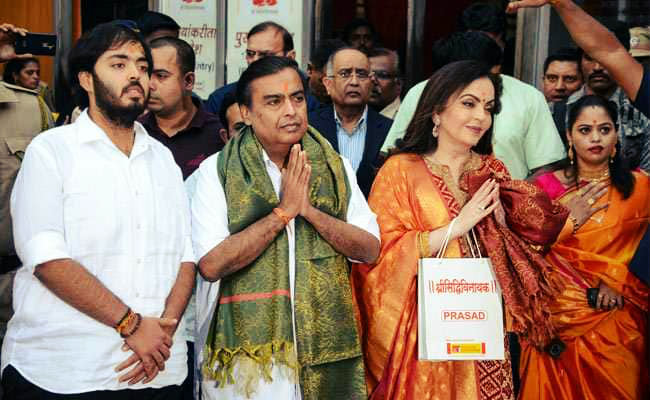 Mukesh Ambani Along With Wife Nita Offered the First Wedding Invitation Card of Son Akash and Shloka Mehta to Siddhivinayak Temple
