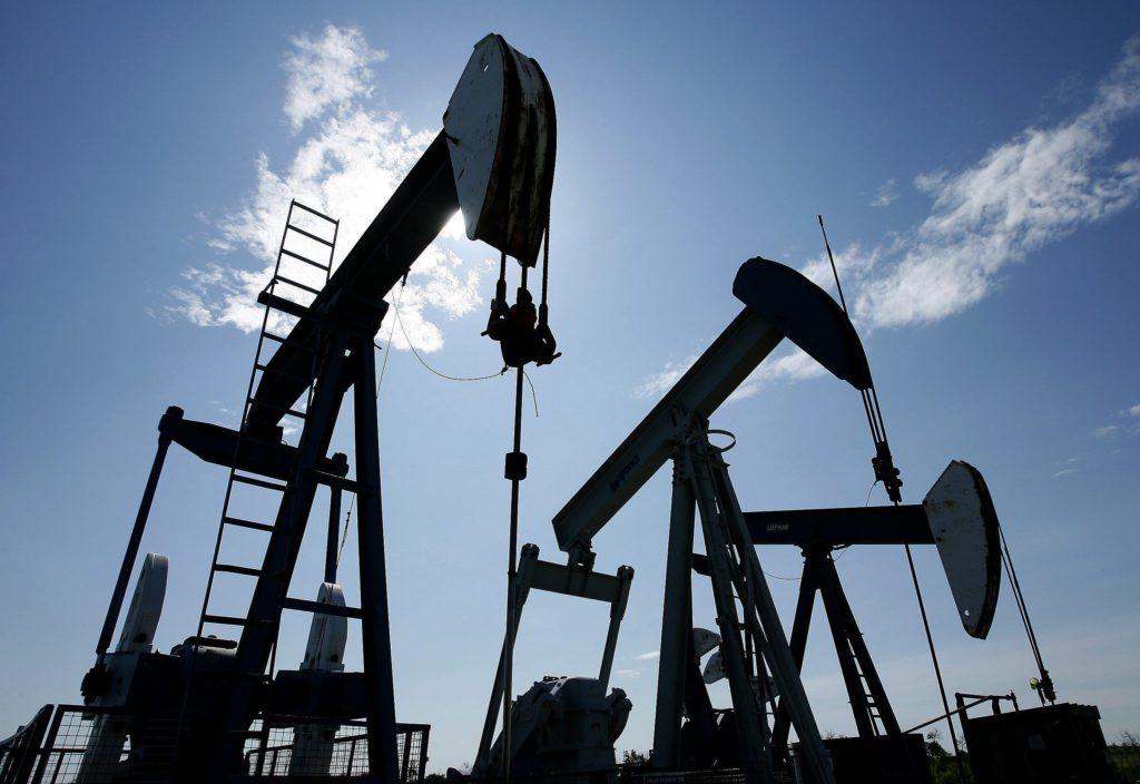 Oil Falls Below $62 on U.S. Inventories, Fading Venezuela Concerns Mid
